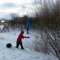 Discgolfer beim Spielen im Winter