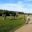 Discgolfer beim Spielen im Sommer